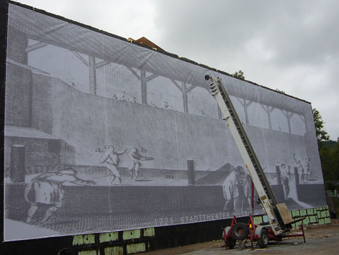 Werbebanner Digitaldruck Grossformatdruck. Mesh-Netz im Großformat XXL-Digitaldruck als Fassadenverkleidung und Sichtschutz während Bauarbeiten am Stadttheater Hildburghausen.